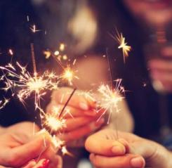 picture_showing_group_of_friends_having_fun_with_sparklers